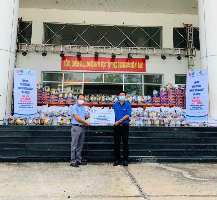 Tỉnh Long An - Trần Anh Group tặng quà cho người dân khó khăn